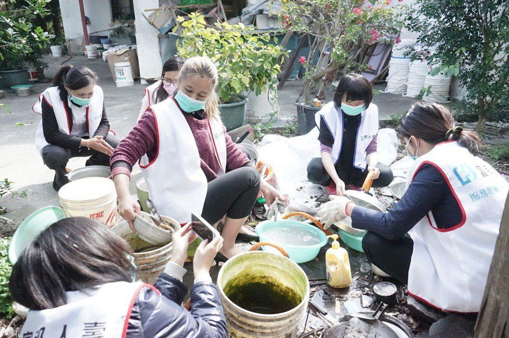 華山基金會與花蓮富邦人壽多位志工,把碗盤統統洗乾淨。 記者王燕華/攝影