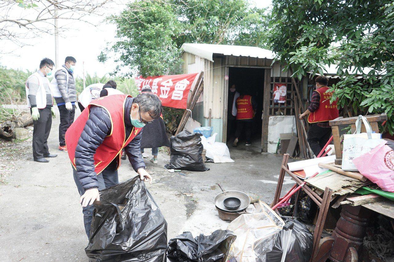華山基金會與花蓮富邦人壽多位志工,昨天為林約翰打掃住家環境。 記者王燕華/攝影