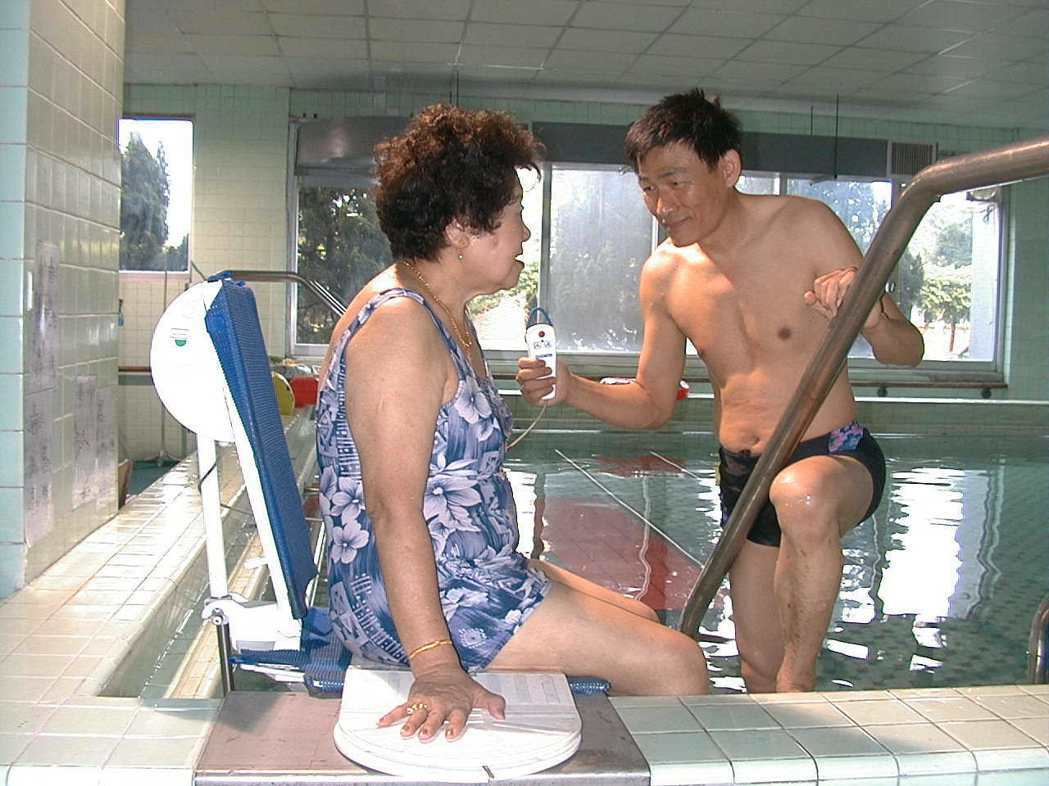 振興醫院水療池加裝自動升降椅,方便行動不便者下水做復健。記者林秀美/攝影