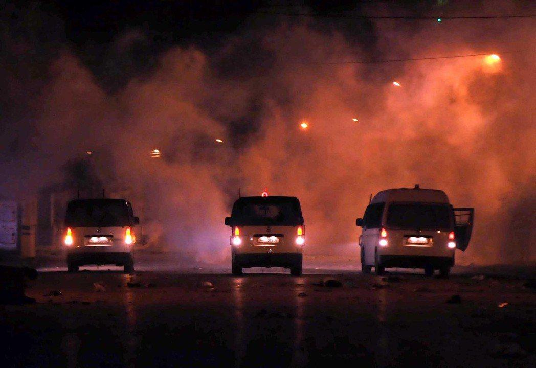 突尼西亞艾塔達門市10日的示威演變成暴力衝突,安全人員在示威地點不遠處集結。...