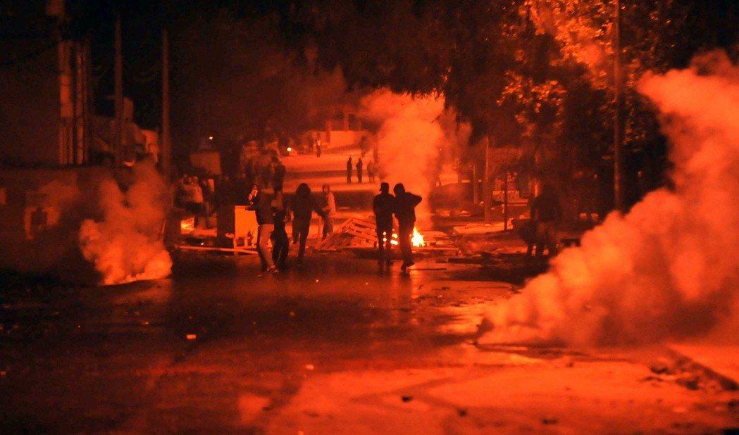 泰布爾巴市的安全部隊發射催淚瓦斯驅趕示威群眾。 (歐新社)