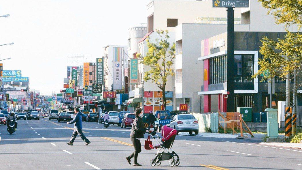 大竹麥當勞附近商圈,機能完善,相當熱鬧。 記者胡經周/攝影