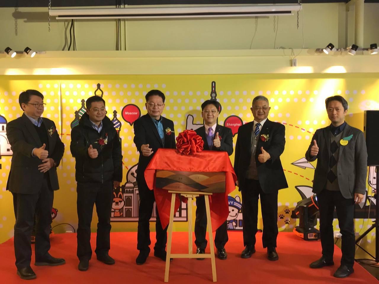 上海台協12日成立文創委員會。上海市台辦副巡視員李偉(左三起)、上海台協會長李政...