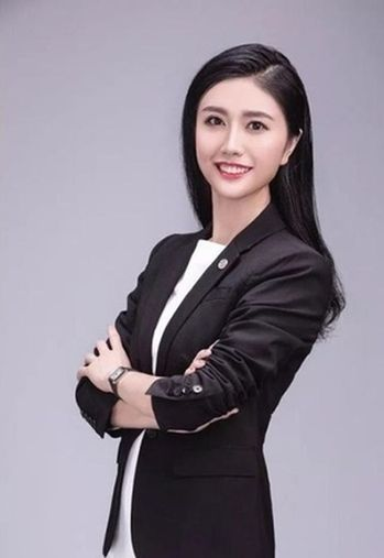 一名深圳的女律師張晴在網路高調炫富,稱「花近5萬元在巴黎買最新款包包」,「600...