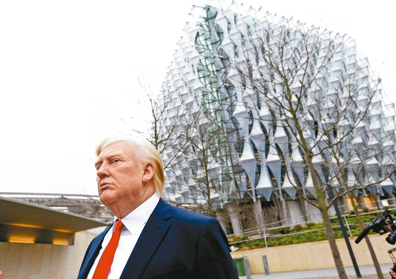 杜莎夫人蠟像館製作的美國總統川普蠟像十二日被擺在美國駐英國大使館新館前方,替代不...