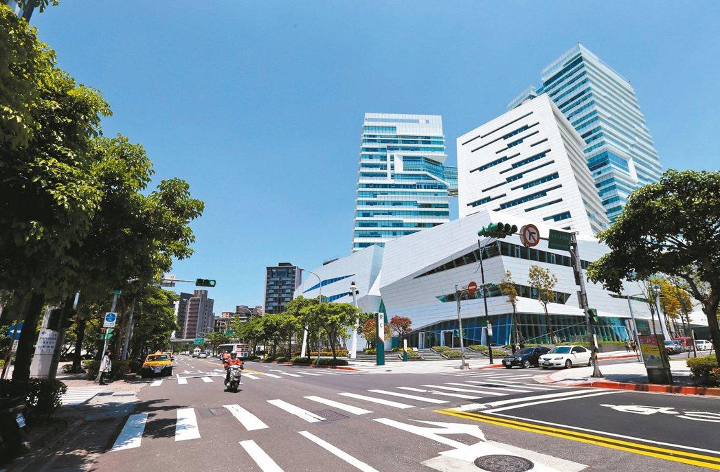 南港區仍有許多開發案尚未完工,加上中信金融園區(見圖)、南港車站周邊商圈成形,房...