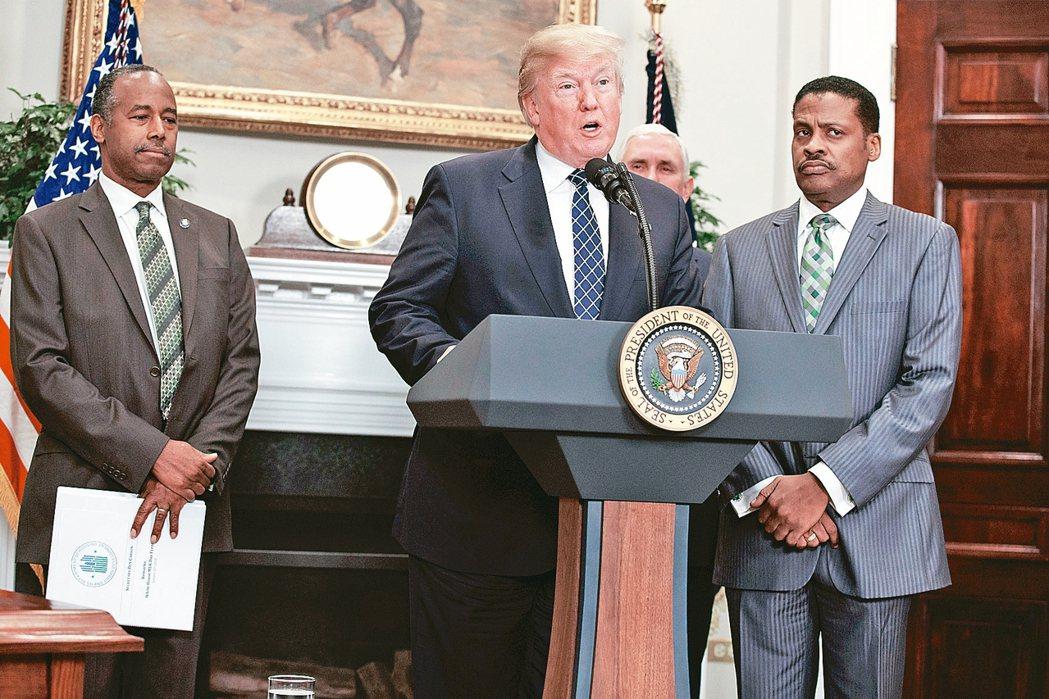 發言引起種族歧視風暴的川普12日在白宮紀念非洲裔人權運動領袖馬丁路德金恩,右為金...