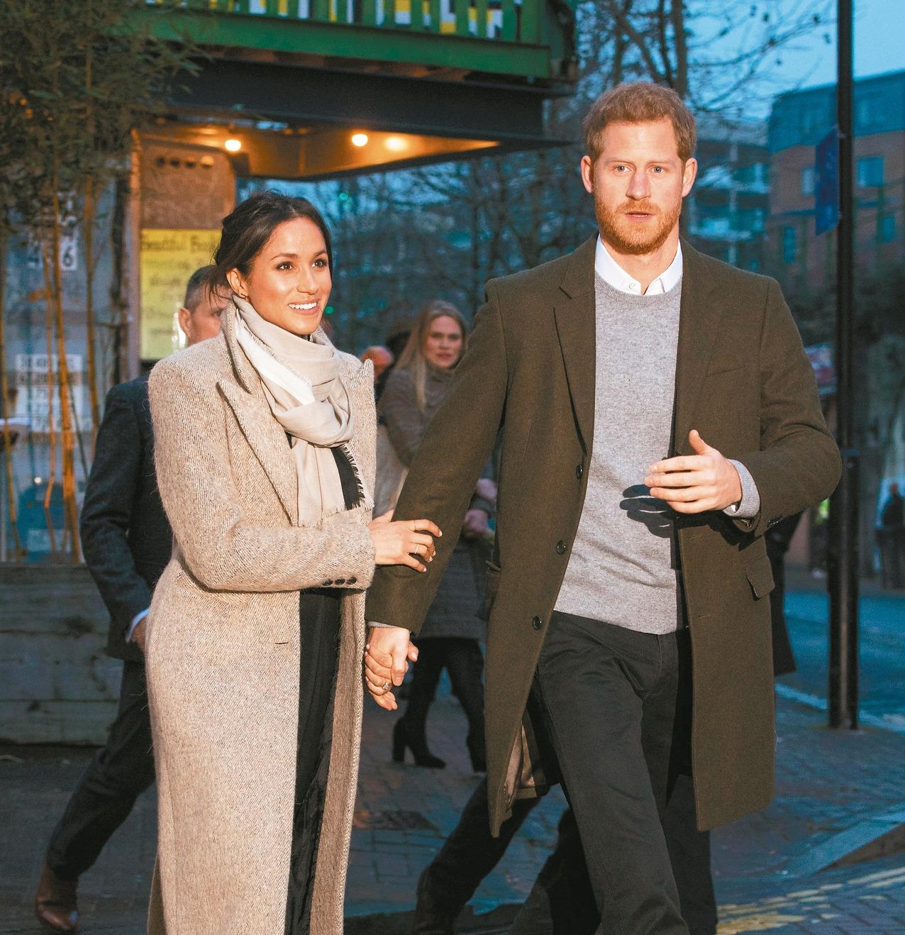 哈利王子(右)與未婚妻梅根.馬克爾。 路透
