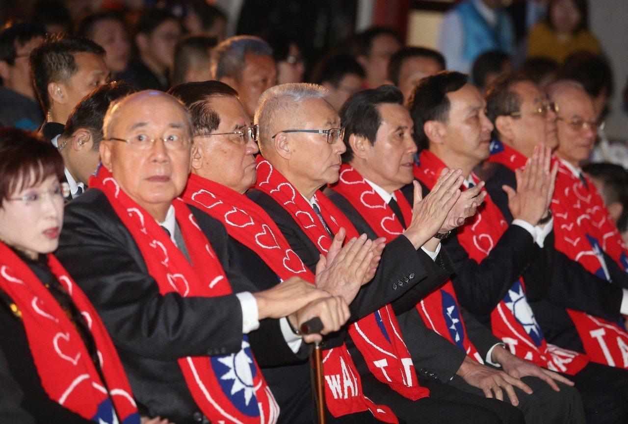 國民黨上午舉行故總統蔣經國逝世30週年紀念大會,主席吳敦義(左四),邀請歷任黨主席洪秀柱(左起)、吳伯雄、連戰、馬英九、朱立倫等人出席,緬懷經國先生,飛越30永懷於心。 記者曾吉松/攝影