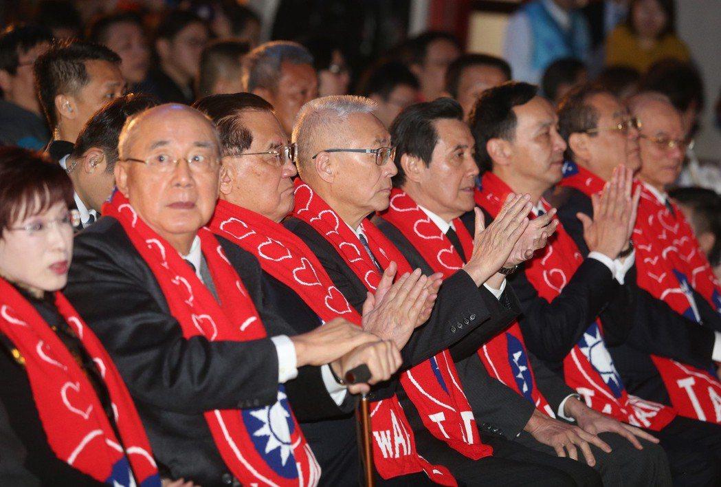 國民黨上午舉行故總統蔣經國逝世30週年紀念大會,主席吳敦義(左四),邀請歷任黨主...