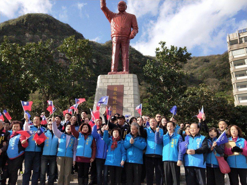 基隆市上午在八斗子蔣經國銅像前發起追思會。 記者游明煌/攝影