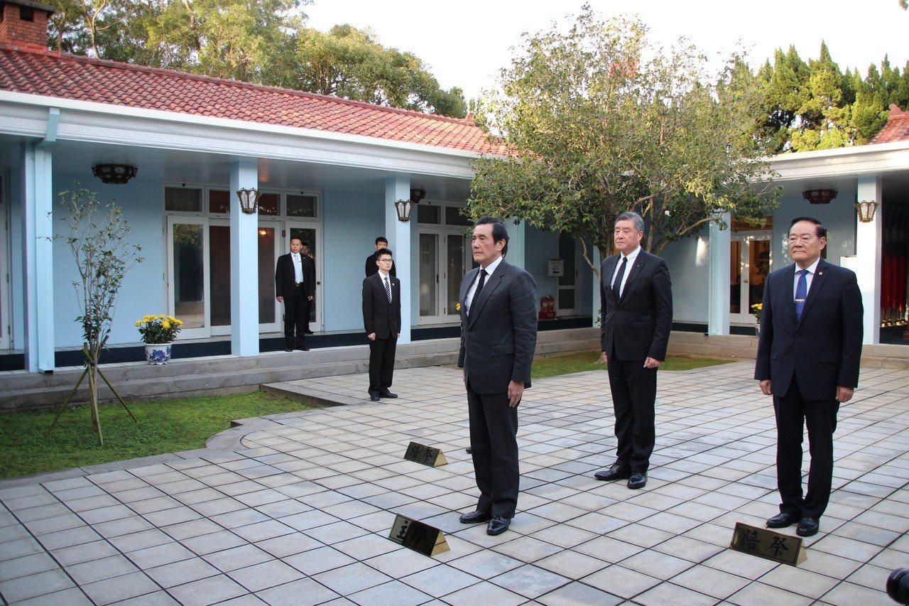 故總統蔣經國逝世30週年,前總統馬英九今早至桃園大溪陵寢謁陵,表情嚴肅。 記者許政榆/攝影