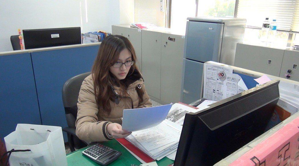 台中市少輔會每位社工手上都有好幾個個案學生在輔導。 記者陳宏睿/攝影