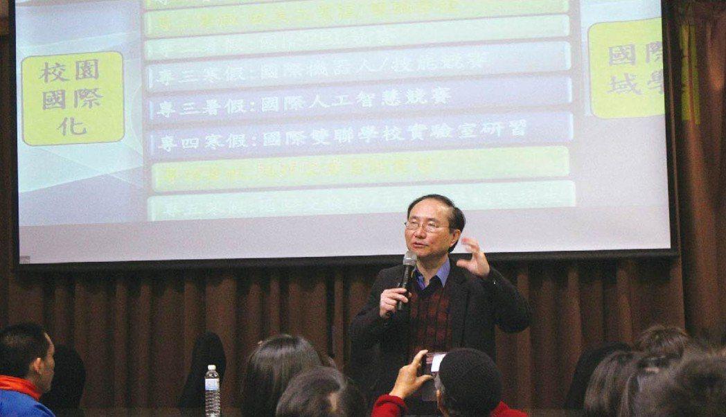 臺北科大機電學院院長張合表示,「智慧自動化工程科」培育出學生高薪就業的能力。 吳...