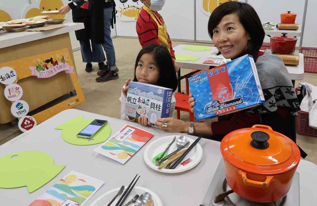 美福食集親子廚藝教室大小朋友一起動手作干貝料理。 李炎奇/攝影