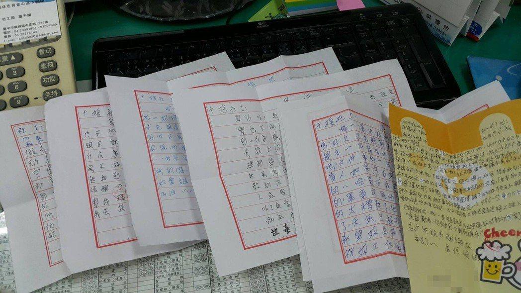 台中市少輔會社工為了接觸少年、開啟對話,親筆書信也是一種培養信賴感的方式。 記者...