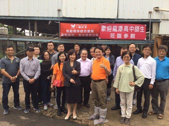 立委蘇治芬與農委會官員參訪雞舍,對無臭味,無雞糞,無抗生素的高科技養殖技術按讚。...