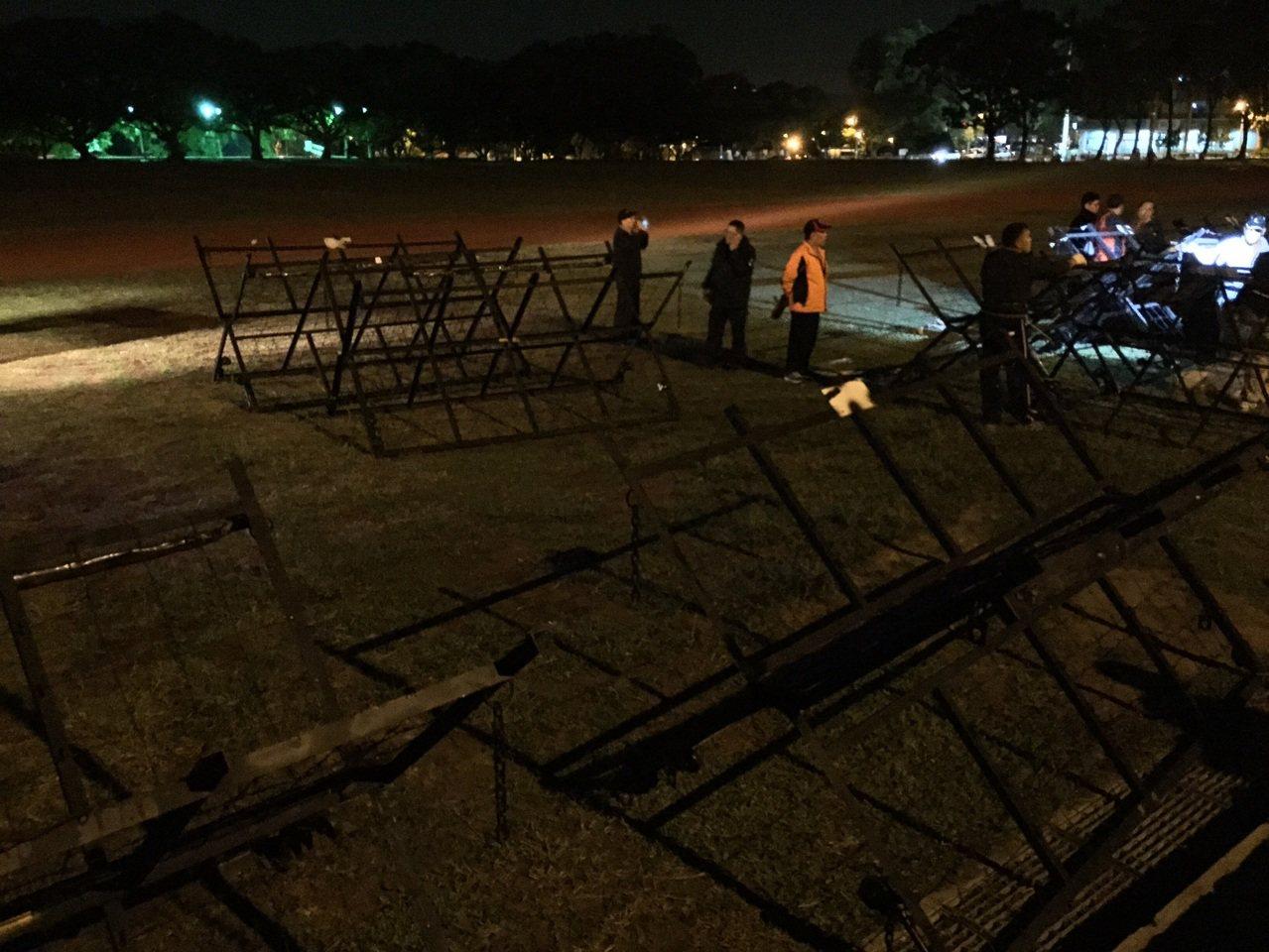 警方在中興會堂前架設拒馬,防止陳抗團體靠近。記者張家樂/攝影