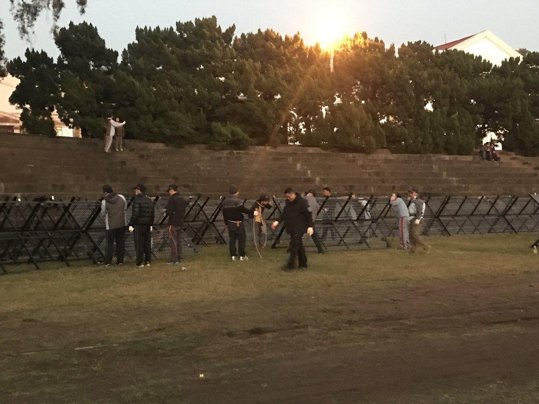 警方在會場前架設拒馬,防止陳抗團體靠近。記者張家樂/攝影