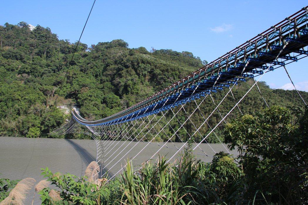 「全台最長懸索橋」桃園市復興區新溪口吊橋今日啟用,山光水色搭配涼風吹來,全長達3...