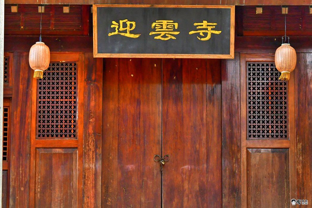 苗栗縣歷史建築「通霄神社」最近外惜拍戲,短暫變身為「迎雲寺」古剎。圖/張文煥提供