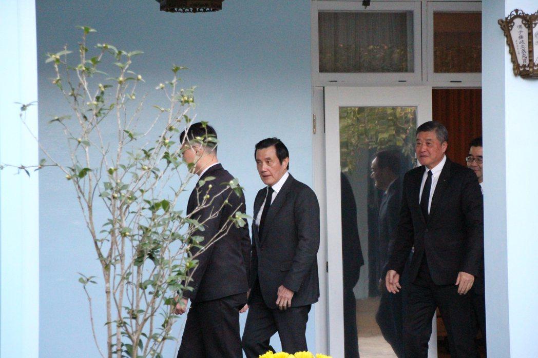 故總統蔣經國逝世30週年,前總統馬英九今早至桃園大溪陵寢謁陵,全程不發一語。記者...