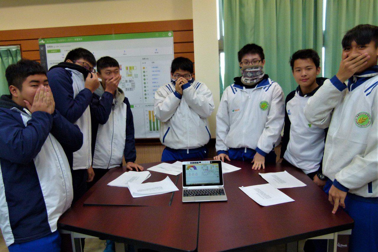 學生參加觀摩會發現現場二氧化碳濃升高俏皮做出摀嘴模樣。記者鄭國樑/攝影