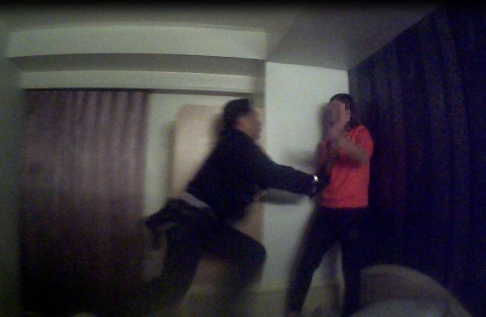 巡佐曹俊文(左)見陳女連續割腕,飛撲上去,奪刀救人。記者林保光/翻攝