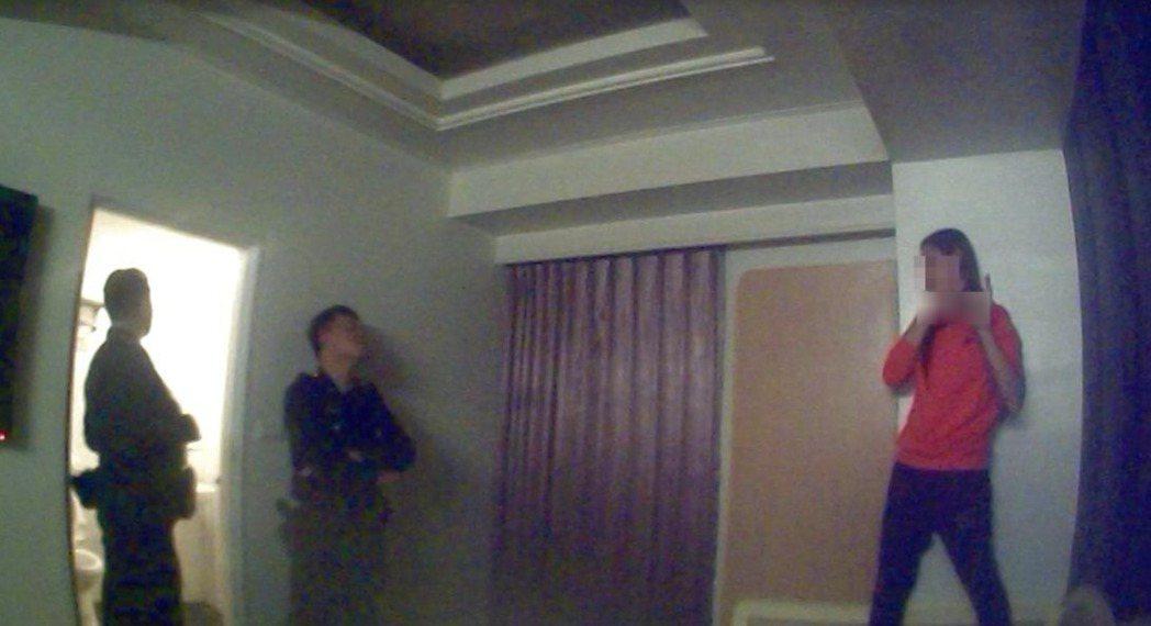 陳女(右)持刀抵著脖子,要員警別靠近。記者林保光/翻攝