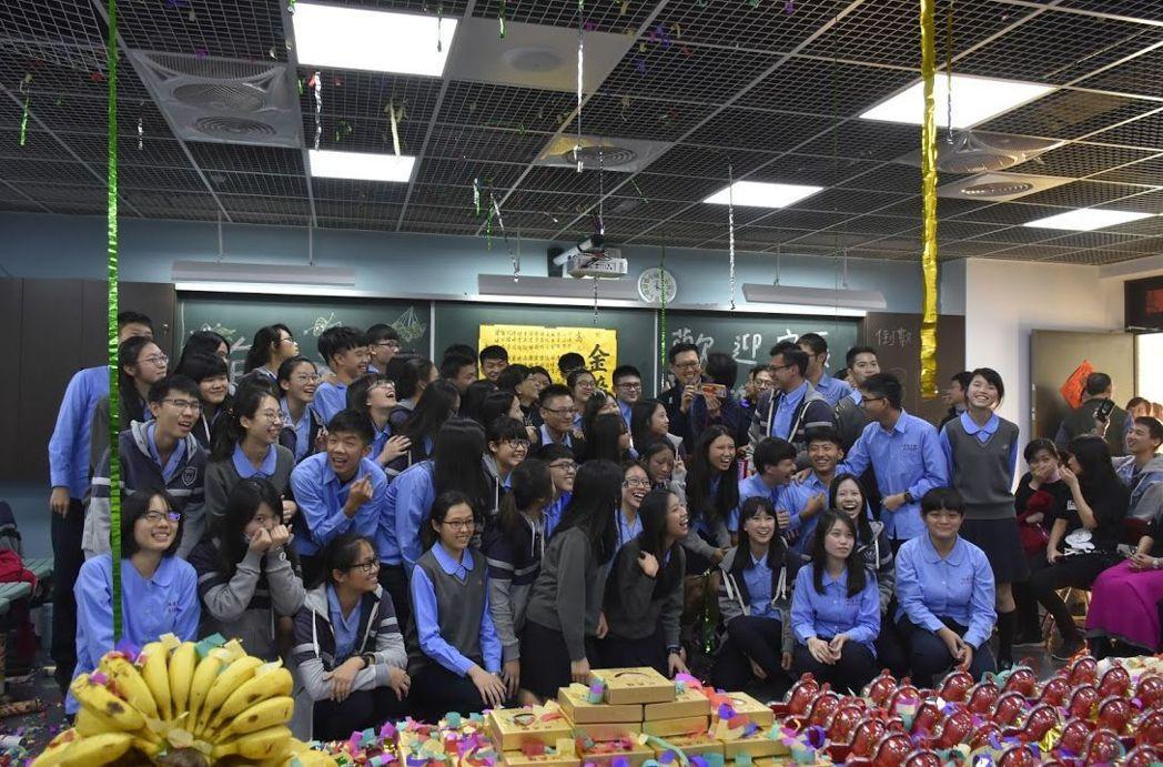 台中市私立明道中學高三生家長為鼓勵考前衝刺的學生舉辦「包中」活動,準備諧音近似「...
