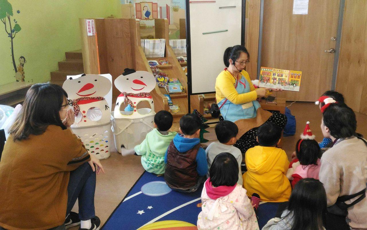 林美育媽媽喜歡說英語繪本給小朋友聽,培養孩子閱讀習慣。圖/新北市立圖書館提供