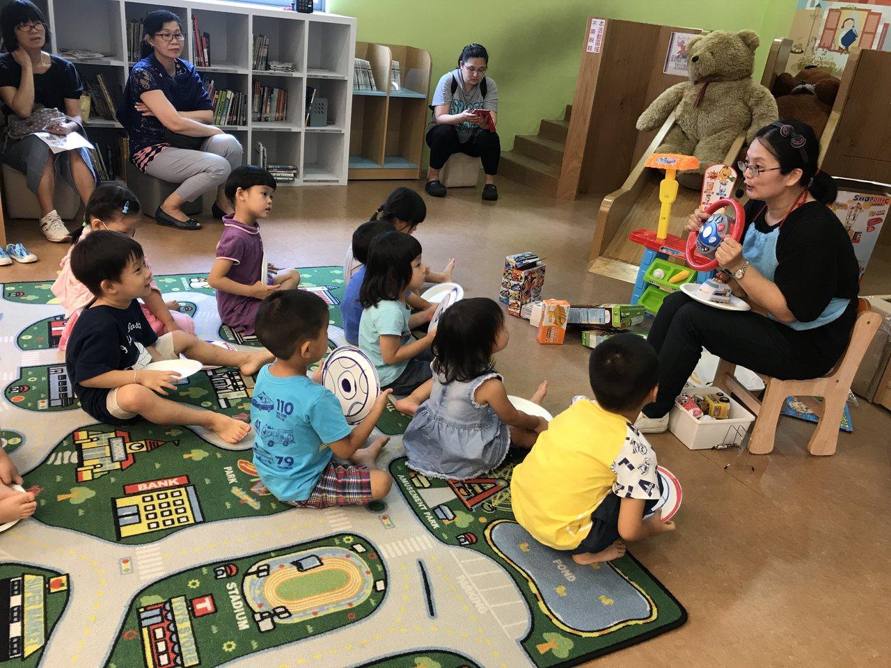 搭配英語繪本內容,林美育媽媽還喜歡帶道具、玩具和小朋友一起同樂。圖/新北市立圖書...