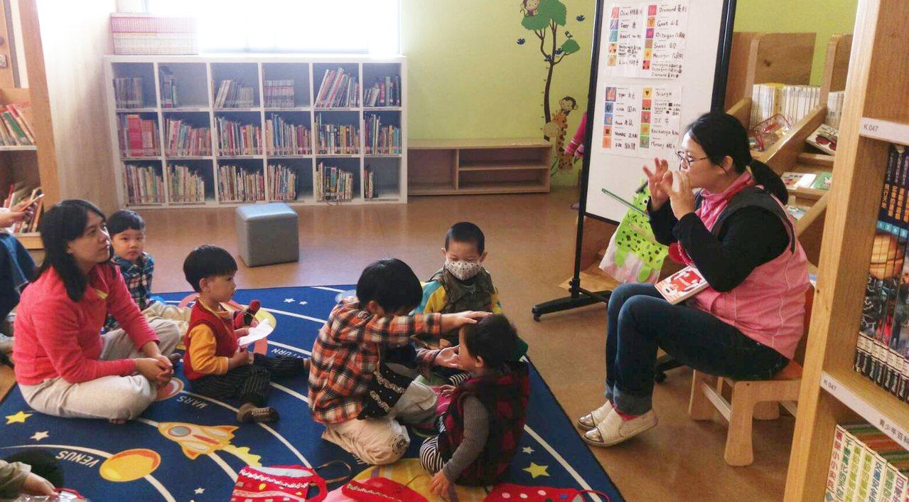 林美育媽媽說英語繪本時,喜歡搭配肢體語言來吸引小朋友注意。圖/新北市立圖書館提供
