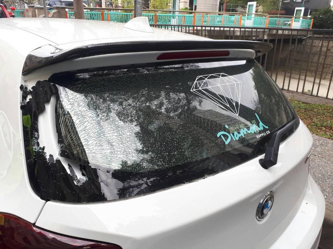 台北市陳姓男子11日凌晨在台中市西區華美街砸車,連續砸毀三輛BMW等品牌的進口車...