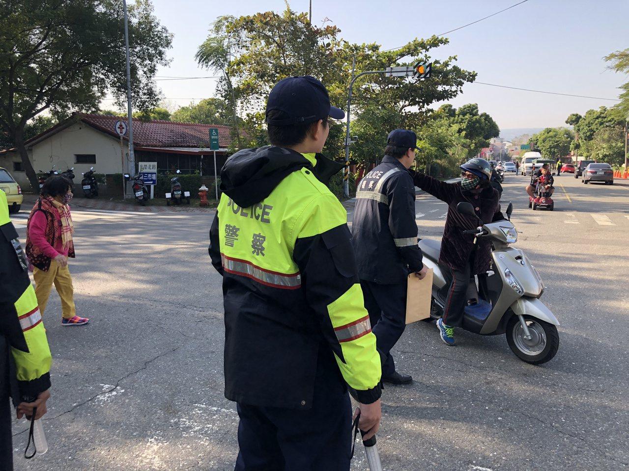 警方在路口針對想進入管制區的車輛攔查,詢問駕駛人身分和目的。記者江良誠/攝影