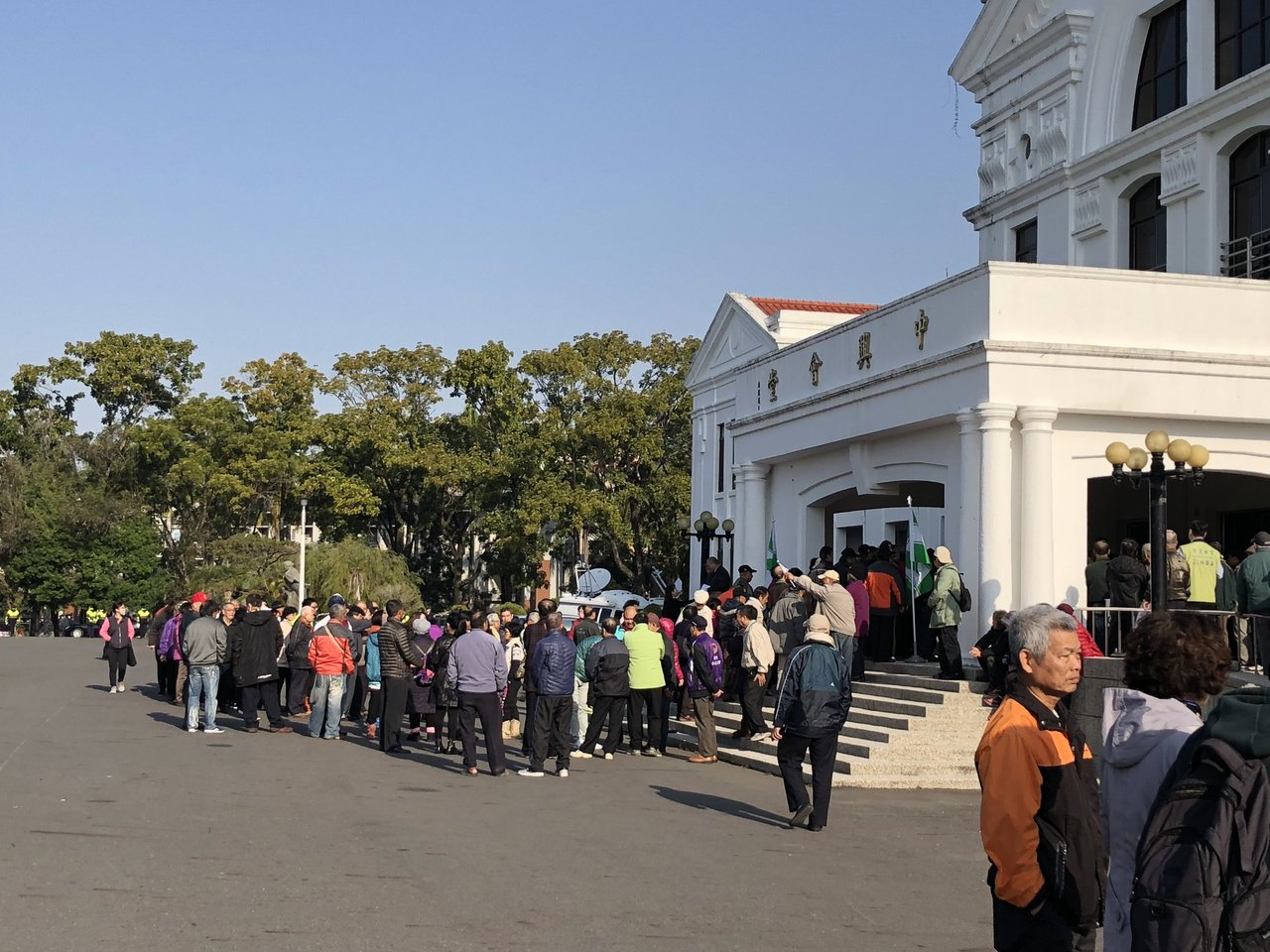民進黨支持者從各鄉鎮趕來,排隊進入中興會堂,參與洪國浩造勢大會。記者江良誠/攝影