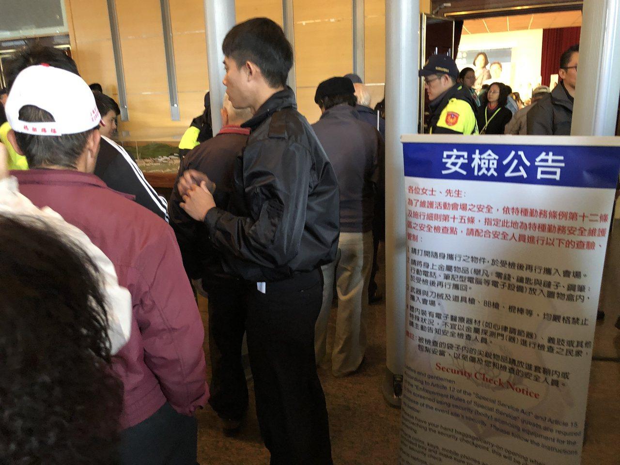 維安人員為了確保安全,進入造勢會場的支持者只要攜帶包包等,都要通過安檢門才能進入...