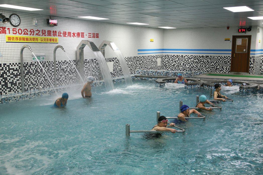 不少運動中心除了游泳池,還設有溫水療池、熱水療池、蒸氣室與烤箱,後三者常區分男用...