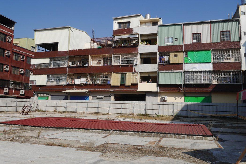 台南市東區大智市場公寓大樓前年受206南台大震影響倒塌,今舉行重建動土典禮。記者...