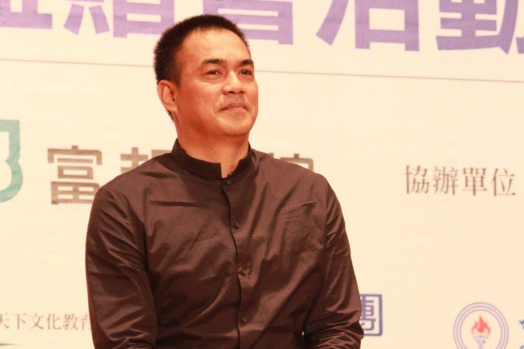 台灣棒球傳奇人物陳金鋒,被譽為球場上的哲學家,用正面積極的態度,鼓勵年輕學子。記...