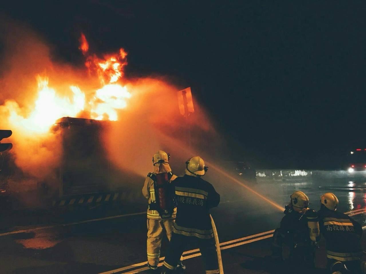 台16線新集集隧道口休旅車凌晨撞上變電箱,整輛車變成一團火球,消防隊員撲滅火勢,...