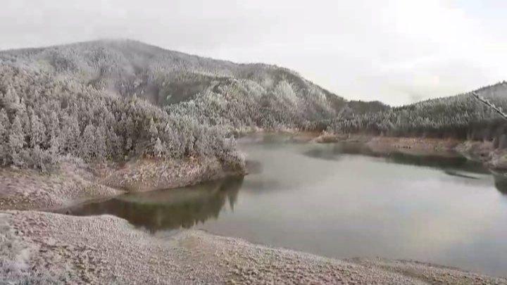 絕美!2千公尺上的翠峰湖披白紗,如夢似幻。圖/林務局羅東林區管理處提供
