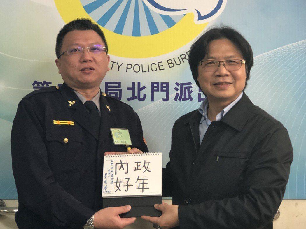 葉俊榮致贈親筆簽名的「內政好年」桌曆給北門派出所所長周明星。 記者唐秀麗/攝影