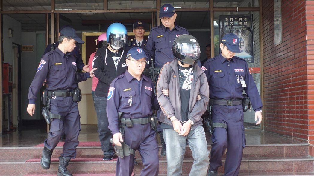 警方將馬籍旅客洪男(中)等5人移送檢方偵辦。記者劉星君/攝影