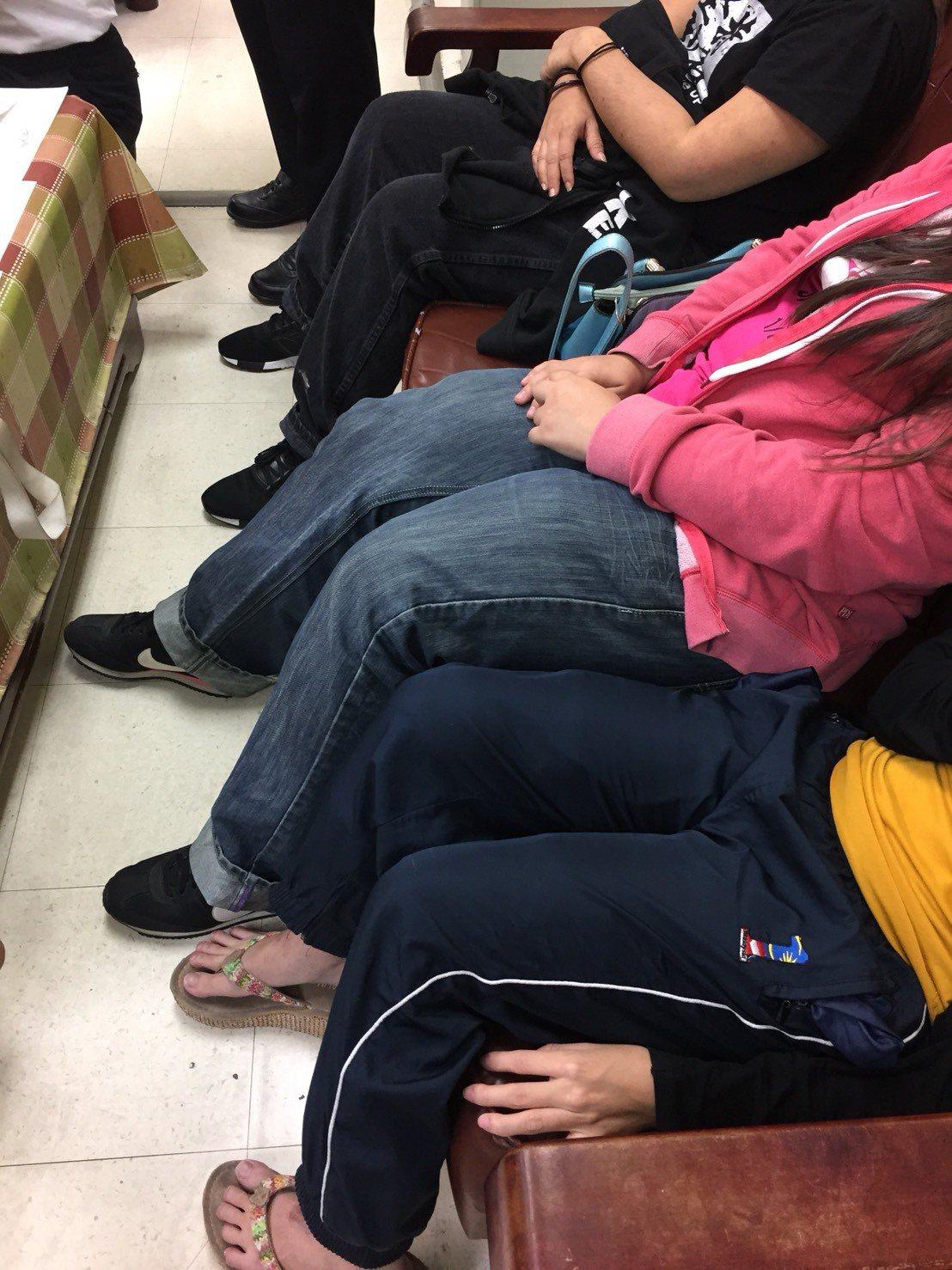 馬來西亞籍旅客將毒品K他命綁在大腿、小腿上,走路怪怪的,被海關、航警查覺有異。記...