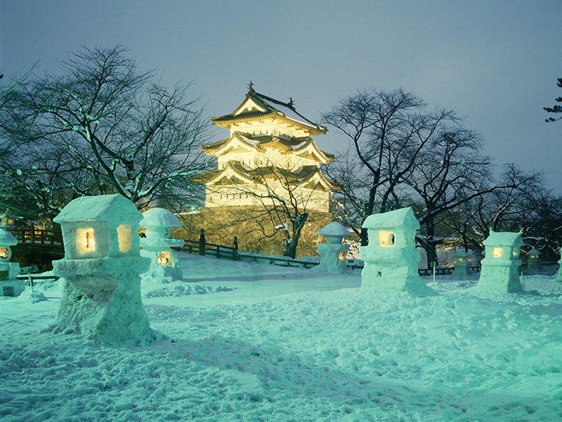 青森弘前城雪燈籠祭。圖/易遊網提供