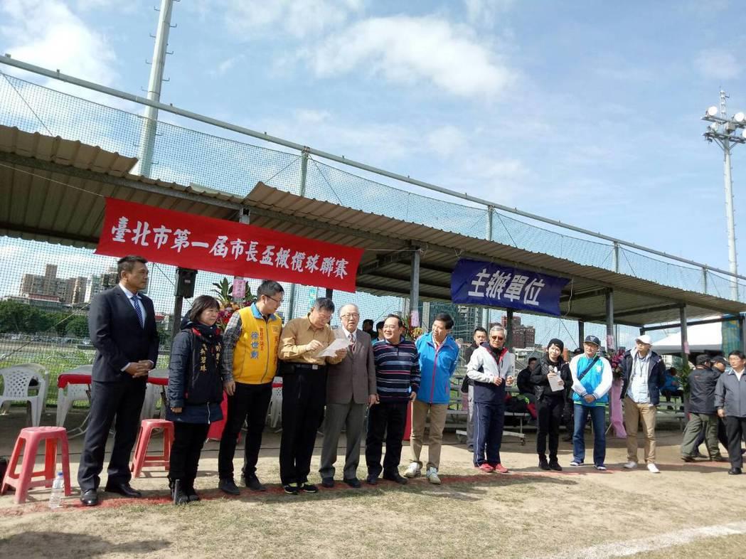 昨天台北市長柯文哲肯定已故總統蔣經國,遭綠委批評,柯出席第一屆市長盃橄欖球賽會後...