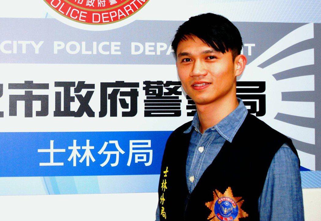 偵查隊分隊長黃紹宸有「士林吳慷仁」稱號,他昨天喬裝女搶匪,執行防搶演練。記者林孟...