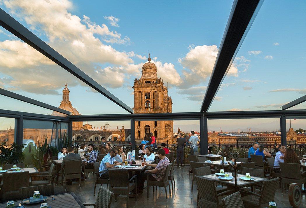 墨西哥城憲法廣場市中心酒店頂樓餐廳景觀十分優美。圖摘自飯店官網