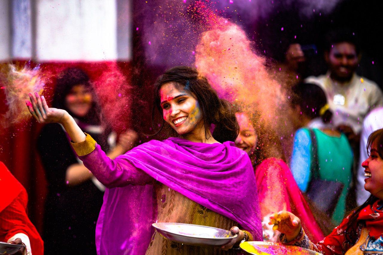 印度色彩節中,人們以天然染料潑灑彼此,慶祝春天到來。圖摘自pixabay/ mu...